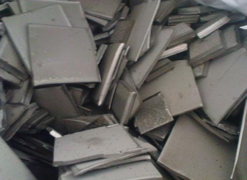 Никель H1 первичный от производителя обладает светло-серебристым цветом, ковкий, хорошо полируемый, коррозионно-стойкий.  Металл сопровождающий никель-кобальт. Никель Н1 (никель катод, не путать с анодами) – основная марка, которую потребляет наше производство, российский производитель никеля в основном его и производит. В названии марки буква Н означает «Никель», а цифра (от 0 до 4) является характеристикой химической чистоты. В названии марок сплавов, где присутствует буква «П» – она означает маркировку полуфабрикатных изделий. «А» – означает анодную продукцию.